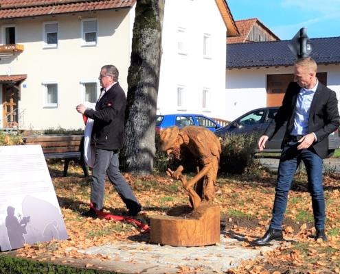 Der feierlich enthüllte Pöbel, eine Holzschnitzerei aus regionaler Herstellung.